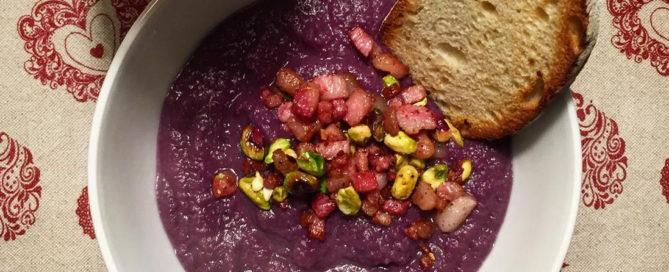 Vellutata di cavolo viola con aglio nero, guanciale e croccante di pistacchi