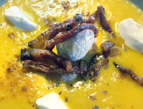 """Vellutata fredda di carote """"zenzero e cannella"""" con aglio nero e yogurt greco"""