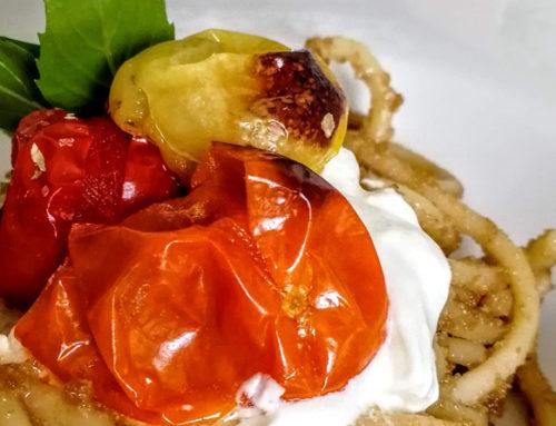 Spaghetti al pesto di aglio nero, pomodorini e burrata