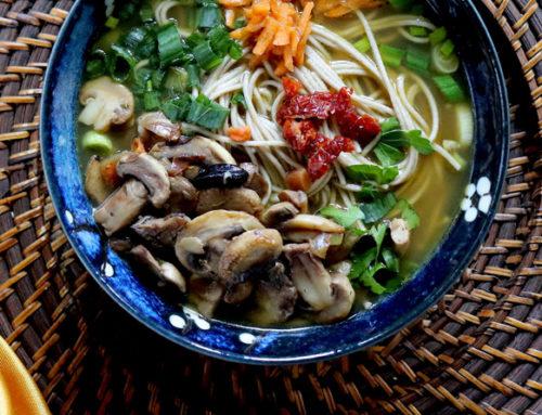 Shinshi soba al curry verde, funghi e aglio Nero di Voghiera