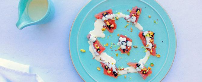 Crudo di tonno con panna al limone, pistacchi e crema di aglio nero di voghiera