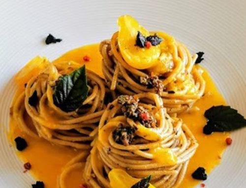 Spaghetti integrali al pomodoro giallo, pesto di olive nere e Nero di Voghiera